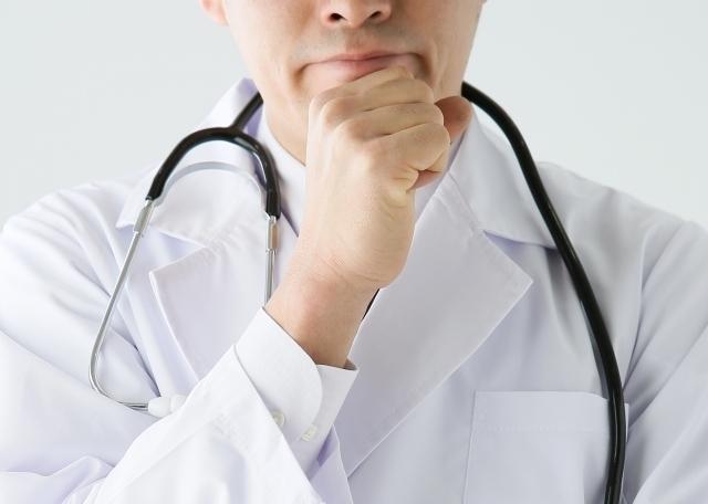 悩む医師.jpg